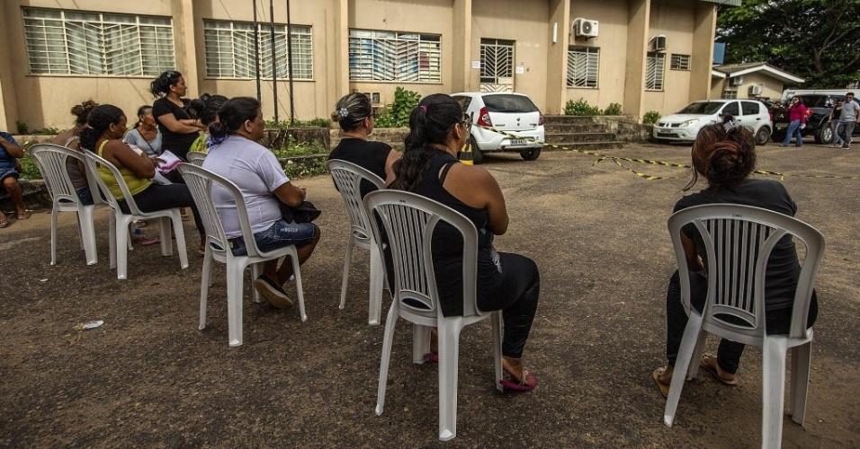 7.jan.2017 - Familiares de detentos da Penitenciária Agrícola de Monte Cristo, na zona rural de Boa Vista, aguardam informações sobre as vítimas do massacre no presídio em frente ao à sede do IML (Instituto médico Legal) neste sábado