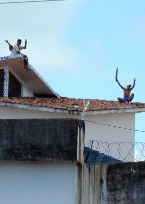 18.jan.2017 - Presos exibem facões do alto do telhado de um dos pavilhões do presídio Alcaçuz