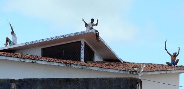 Presos exibem facões do alto do telhado de um dos pavilhões da Penitenciária Estadual de Alcaçuz, em Nísia da Floresta (RN)
