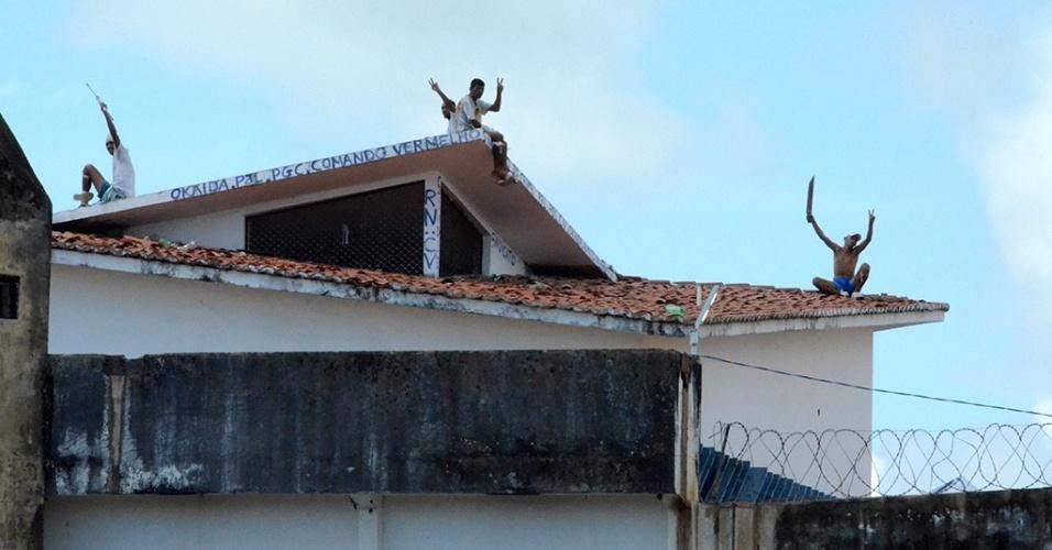 18.jan.2017 - Presos exibem facões do alto do telhado de um dos pavilhões do presídio Alcaçuz, em Nísia da Floresta (RN)