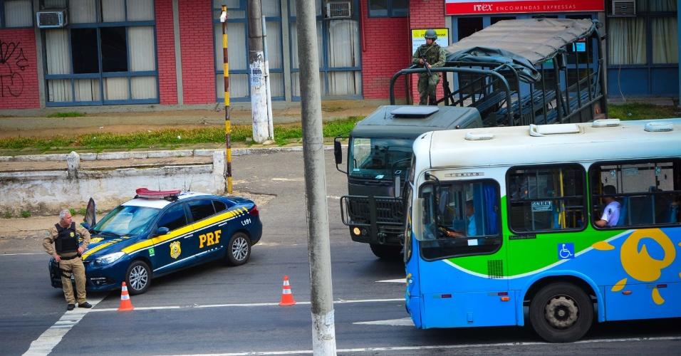 11.fev.2017- Exército faz escolta em terminais de ônibus para garantir os serviços na cidade de Vitória. Mesmo após um acordo com o Governo do Estado, as mulheres dos policiais militares seguem acampadas em frente ao Quartel Central da corporação em impedindo a saída dos PMs