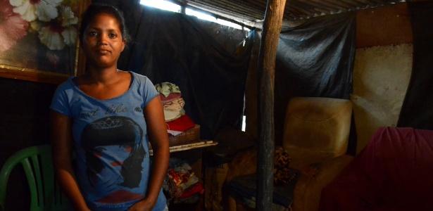"""Jéssica da Silva, 23, tem três filhos e teve o Bolsa Família cortado porque as crianças deixaram de frequentar a escola: """"Não tinha vaga, o que ia fazer?"""" - Beto Macário/UOL"""