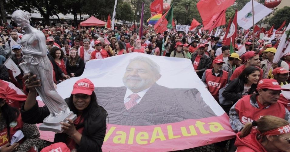 10-mai.2017 - Integrantes de movimentos sociais como o MST (Movimento dos Trabalhadores Rurais Sem Terra) e de centrais sindicais como a CUT (Central Única dos Trabalhadores) marcham em manifestação de apoio a Lula no dia do depoimento do ex-presidente ao juiz Sergio Moro em Curitiba