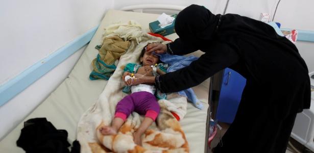 Mulher cuida de criança em hospital durante surto de cólera no país: de acordo com OMS, 246 mil já contraíram a doença