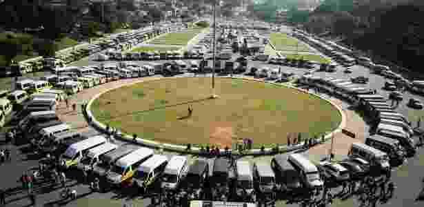 11.jul.2017 - Grupo de motoristas de vans escolares protesta em frente ao estádio do Pacaembu, zona oeste de SP, contra a prefeitura - Aloísio Mauricio/Estadão Conteúdo - Aloísio Mauricio/Estadão Conteúdo