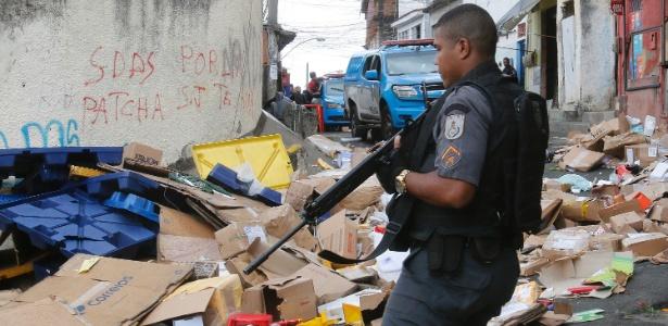 4.ago.2017 - Caminhão do Correios foi roubado na manhã dexta sexta em Benfica