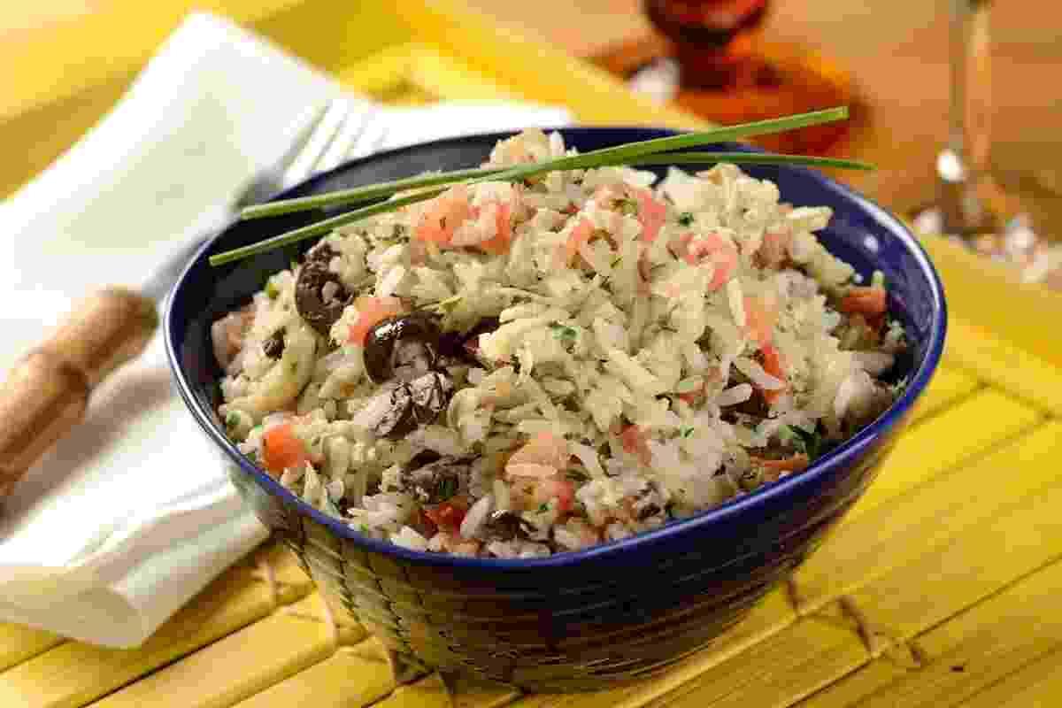 O mercado Bendito Frio vende comida ultracongelada como o prato arroz de bacalhau família (arroz branco, com bacalhau desfiado, pedacinhos de tomate e azeitonas pretas) - Divulgação