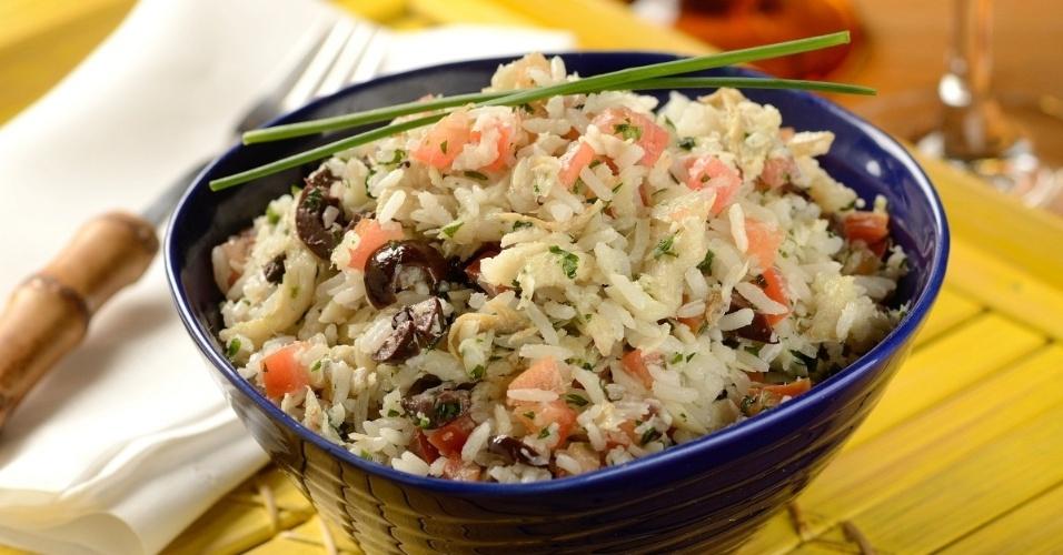 O mercado Bendito Frio vende comida ultracongelada como o prato arroz de bacalhau família (arroz branco, com bacalhau desfiado, pedacinhos de tomate e azeitonas pretas)