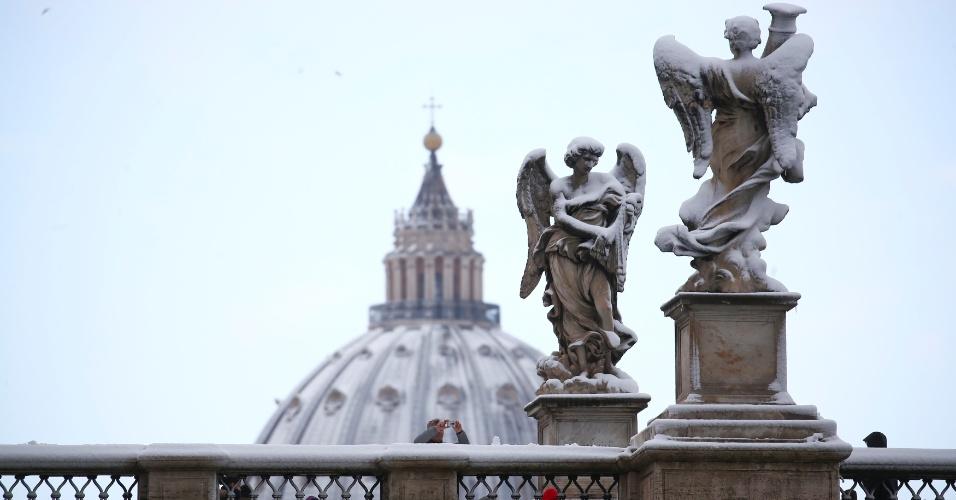 26.fev.2018 - Estátuas ficam cobertas de neve após nevasca em Roma, na Itália