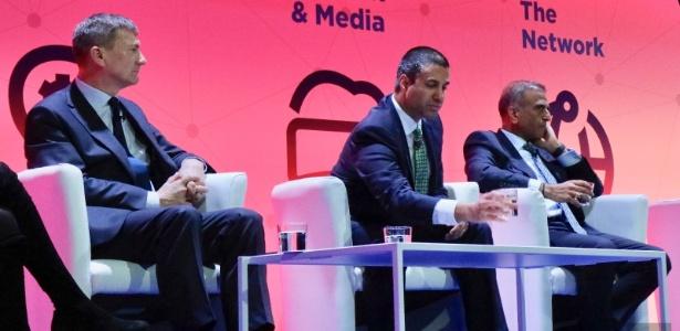 Ajit Pai (centro) participou de painel sobre políticas de regulamentação digital no MWC - Reprodução/Engadget