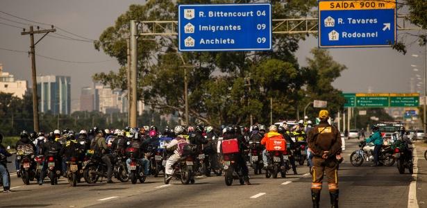 Motoboys bloqueiam o trânsito a Marginal Pinheiros durante manifestação contra aumento dos combustíveis
