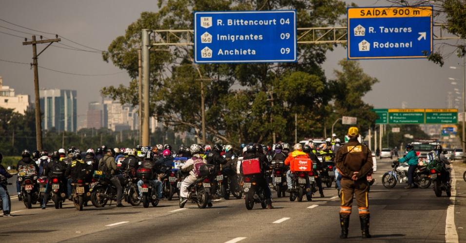 24.mai.2018 - Motoboys bloqueiam o trânsito a Marginal Pinheiros, próximo à ponte da Cidade Universitária, no sentido zona sul de São Paulo, durante manifestação contra aumento dos combustíveis e em apoio à paralisação dos caminhoneiros, que entrou hoje em seu quarto dia em todo o país
