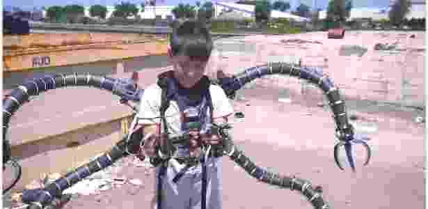 13.jun.2018 - Garoto Aristou Meehan ganha braços robóticos do Doutor Octopus da Marvel - Reprodução/YouTube whaamfx - Reprodução/YouTube whaamfx
