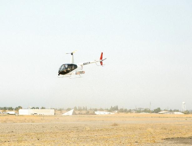 Um helicóptero Robinson R44 equipado com radar de imagem e câmera de 360 graus pela SkyRyse, uma startup que espera tornar o voo autônomo prontamente disponível, em Tracy, Califórnia