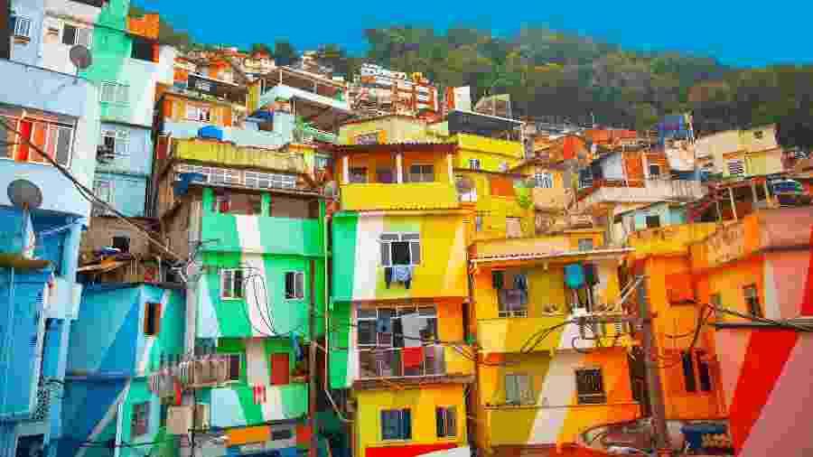 Área de ocupação desordenada e com poucos recursos sociais no Rio de Janeiro - Lindrik/Getty Images/iStockphoto