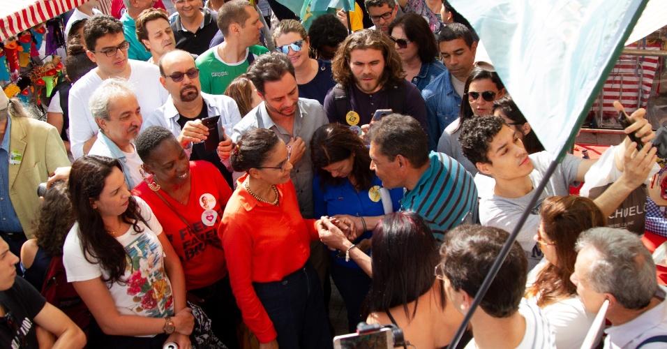 Cercada por apoiadores, Marina Silva (Rede) faz caminhada pelo bairro da Liberdade, região central de São Paulo. Ela fez panfletagem, falou com eleitores e visitou estabelecimentos comerciais