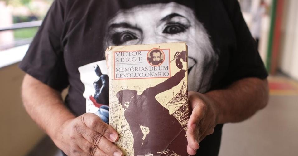 28.out.2018 - Eleitores de Fernando Haddad (PT) levam livros para a votação em São Paulo