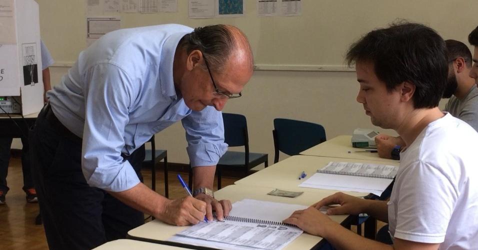 28.out.2018 - O ex-governador Geraldo Alckmin (PDSB) assina ata antes de votar no colégio Santo Américo, em São Paulo