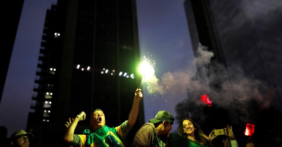 28.out.2018 Apoiadores do presidente eleito Jair Bolsonaro celebram vitória nas urnas nas ruas do Rio de Janeiro