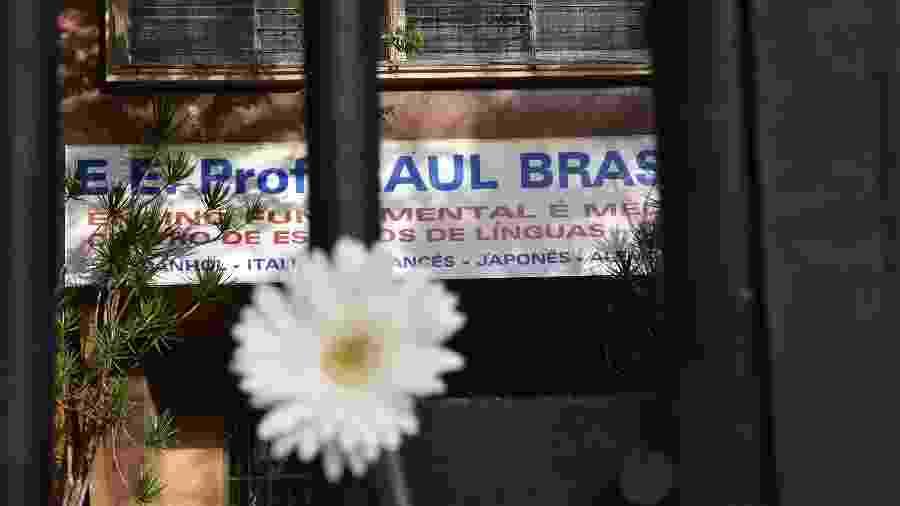 Flores na escola em homenagem aos mortos no ataque com tiros à Escola Estadual Professor Raul Brasil, na cidade de Suzano - Roberto Casimiro/Fotoarena/Estadão Conteúdo