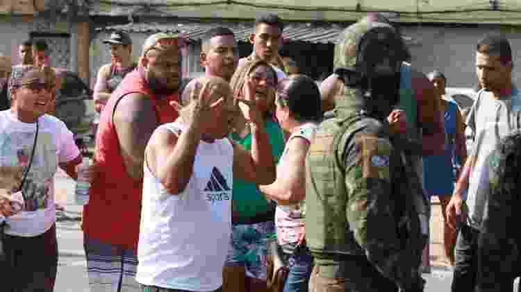 Moradores da favela Muquiço, no Rio de Janeiro, se revoltam após morte - José Lucena - 7.abr.2019/Futura Press/Estadão Conteúdo
