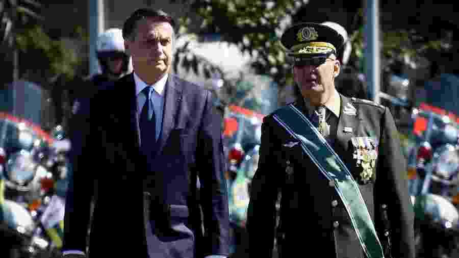 General Ramos (à direita), comandante militar do Sudeste, participa de comemoração do Dia do Exército ao lado do presidente Jair Bolsonaro, em São Paulo - Aloisio Mauricio/Fotoarena/Estadão Conteúdo