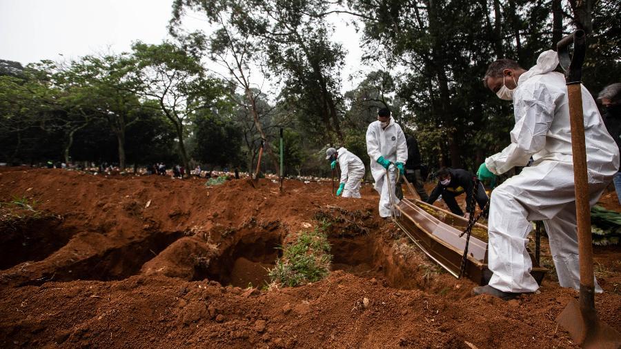 Vítimas da covid-19 são sepultadas no Cemitério da Vila Formosa, na zona leste de São Paulo-SP - Werther Santana/Eestadão Conteúdo