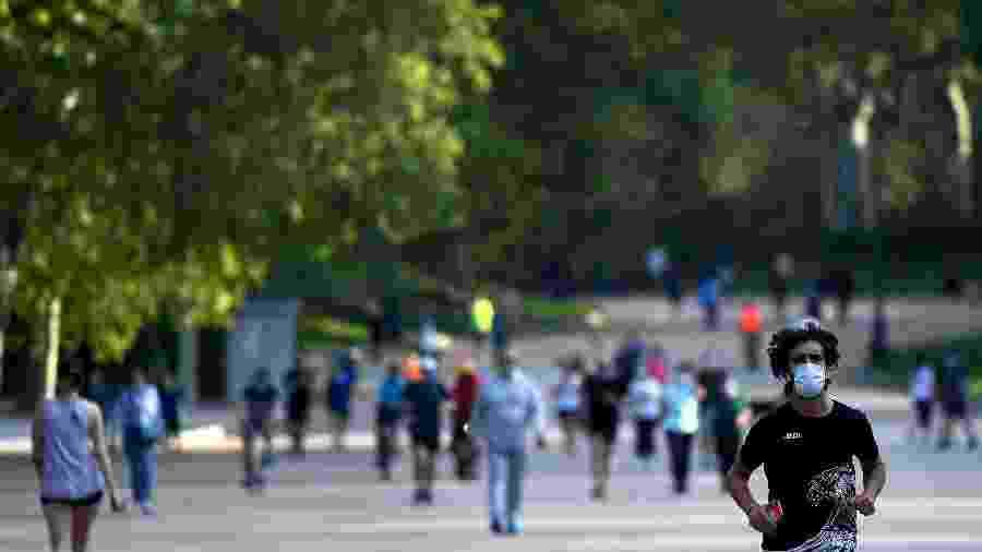 Parque El Retiro, em Madrid, foi aberto ao público após dois meses diante da pandemia de coronavírus - Gabriel BOUYS / AFP