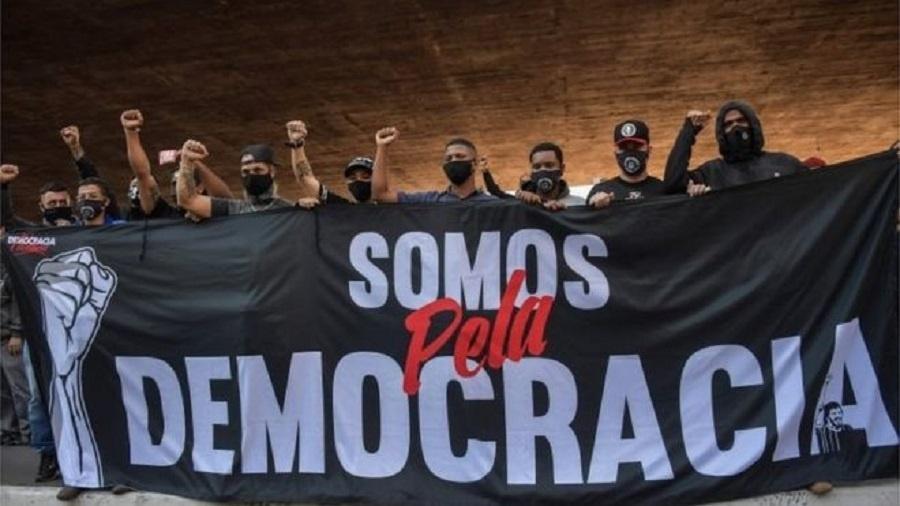 O Estamos Juntos criou diversos grupos de WhatsApp para diferentes Estados do Brasil, com link público no site do movimento - AFP via BBC
