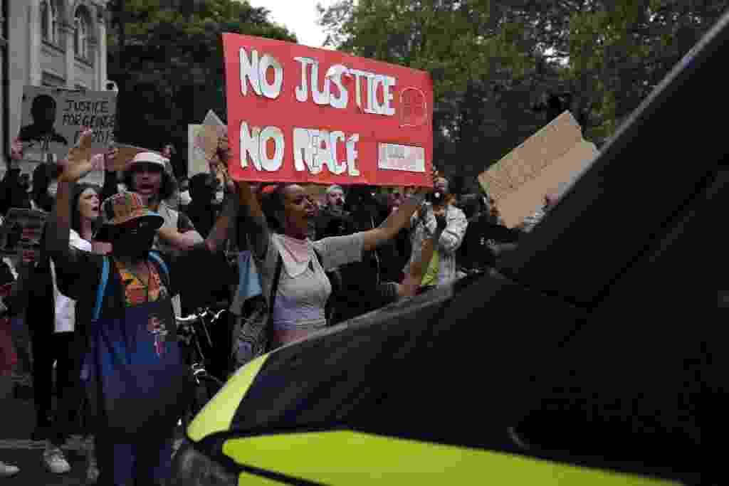 'Sem justiça, sem paz': em Londres, manifestantes protestam contra morte de George Floyd em frente a um carro de polícia - Dan Kitwood/Getty Images