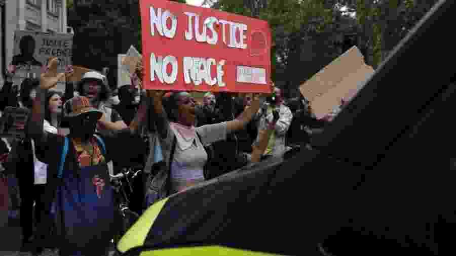 """""""Sem justiça, sem paz"""": em Londres, manifestantes protestam contra morte de George Floyd em frente a um carro de polícia - Dan Kitwood/Getty Images"""