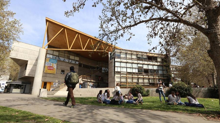 Prédio da Faculdade de Educação da PUC-Chile (Pontifícia Universidade Católica do Chile) - Reprodução/Facebook