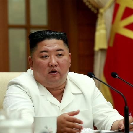 25.ago.2020 - Foto divulgada pela agência oficial de notícias da Coreia do Norte mostra o líder do país, Kim Jong Un durante reunião com membros do governo - KCNA/AFP