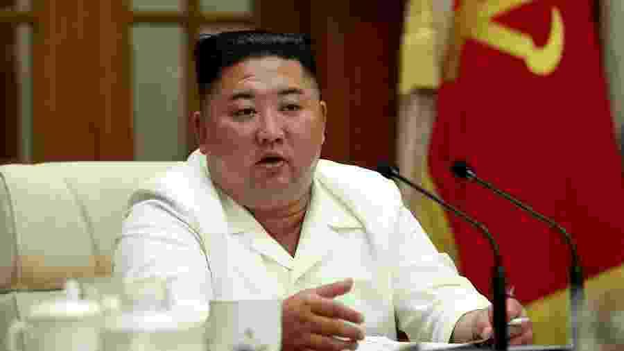 Foto divulgada pela agência oficial de notícias da Coreia do Norte mostra o líder do país, Kim Jong Un, durante reunião com membros do governo - KCNA/AFP