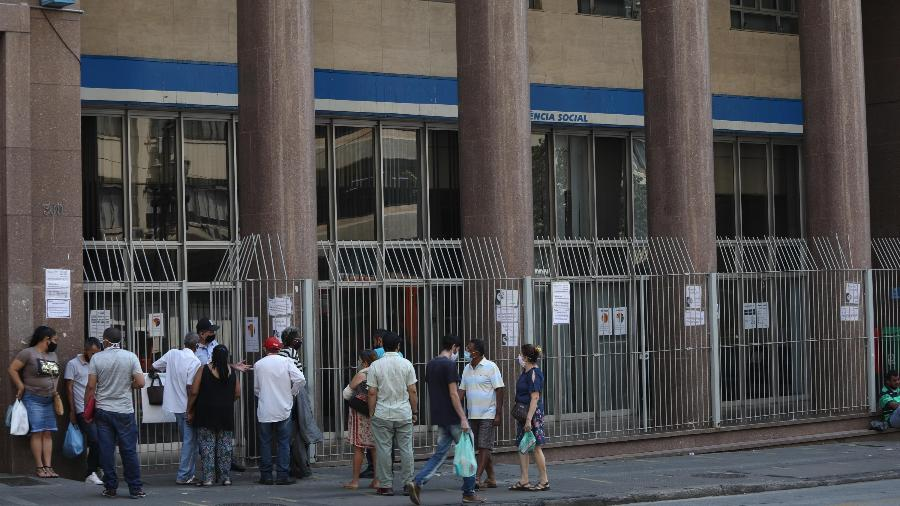 Fila para atendimento na agência do INSS da rua Xavier de Toledo, no centro de São Paulo (SP - RENATO S. CERQUEIRA/ESTADÃO CONTEÚDO