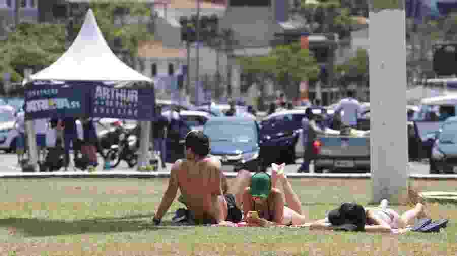 27.09.2020 - Pessoas tomam sol em gramado da Praça Charles Miller, em frente ao estádio do Pacaembu, na capital de São Paulo - TIAGO QUEIROZ/ESTADÃO CONTEÚDO