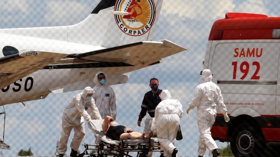 21.fev.2021 - Paciente com covid-19 é transferido de Coromandel (MG) em aeronave da PM - L.ADOLFO/ESTADÃO CONTEÚDO