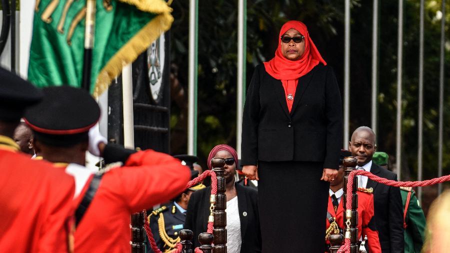 Samia Suluhu Hassan, nova presidente da Tanzânia, inspeciona um desfile militar após seu juramento - AFP