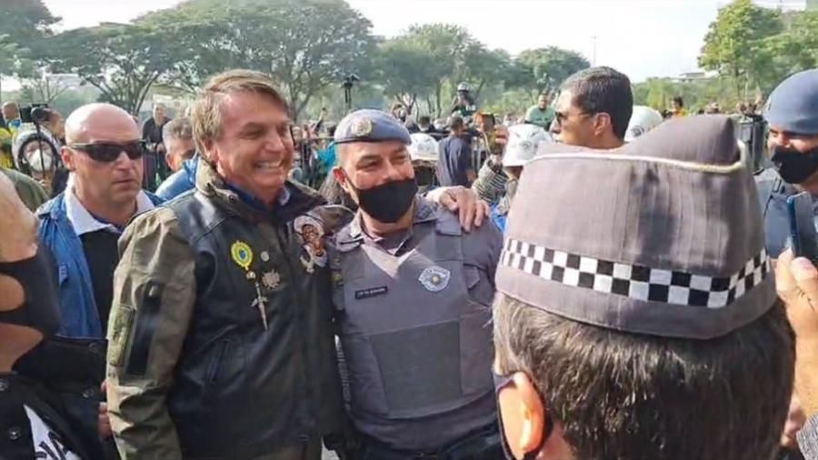 Bolsonaro tira foto com policial antes de passeio de moto em São Paulo - Reprodução/Facebook