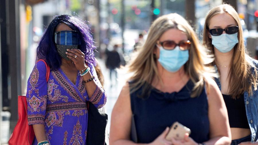 De máscara, pedestres caminham na Hollywood Boulevard, em Los Angeles (EUA) - Mario Anzuoni/Reuters