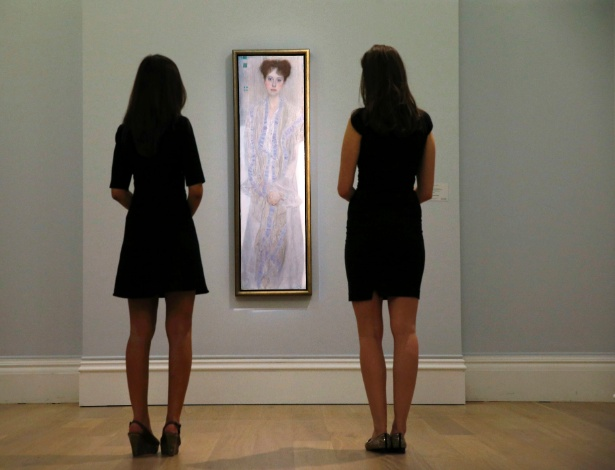 Funcionárias da Sotheby´s observam quadro do pintor austríaco Gustavo Klim - Suzanne Plunkett
