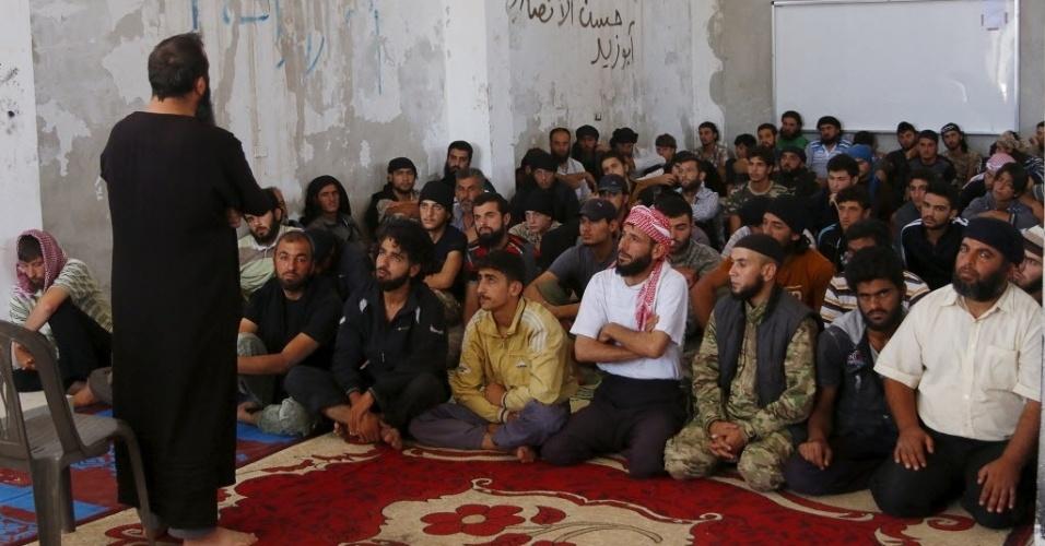 7.jul.2015 - Combatentes rebeldes do movimento Al-Sham Ahrar têm aulas sobre o Islã e o Alcorão em um acampamento em Idlib, na Síria, durante o mês sagrado do Ramadã