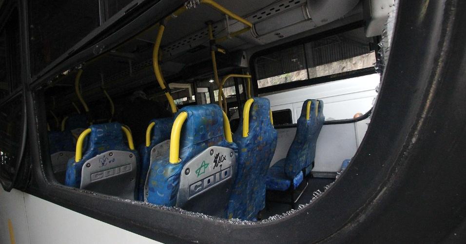30.set.2015 - Mais de uma dezena de ônibus foram apedrejados no centro do Rio em protesto contra a morte de Eduardo Felipe Santos Victor, 17, no Morro da Providência. Os veículos foram atingidos na saída da garagem, em Santo Cristo