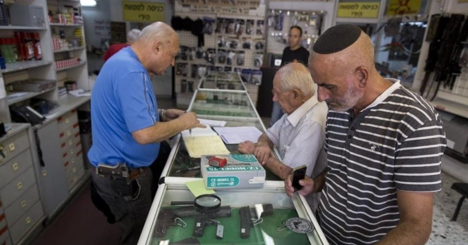 15.out.2015 - Homens compram armas em uma loja de Jerusalém. Com a recente onda de violência durante conflitos com palestinos, os israelenses aumentaram a procura por cursos de tiro, de autodefesa, aquisição de licença de armas de fogo e brancas e compra de sprays