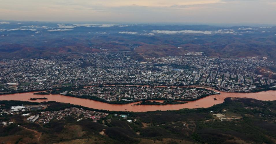 21.nov.2015 - Imagem registrada do Pico do Ibituruna, a mil metros de altura, mostra o impacto da enxurrada de lama que atingiu o rio Doce, na região da cidade de Governador Valadares, em Minas Gerais
