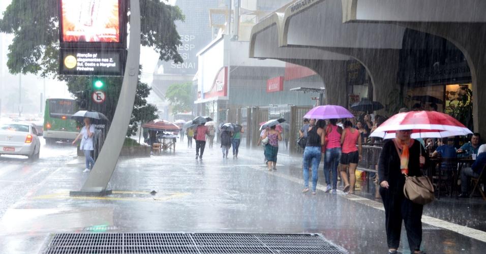18.jan.2016 - Pedestre enfrenta chuvas na Avenida Paulista, em São Paulo, SP, nesta tarde de quinta-feira