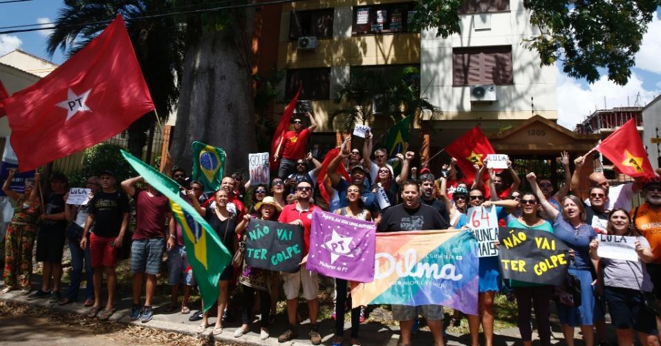 6.mar.2016 - Cerca de 60 pessoas se reuniram em frente ao prédio da presidente Dilma Rousseff em Porto Alegre neste domingo para manifestar apoio ao PT e ao ex-presidente Luiz Inácio Lula da Silva