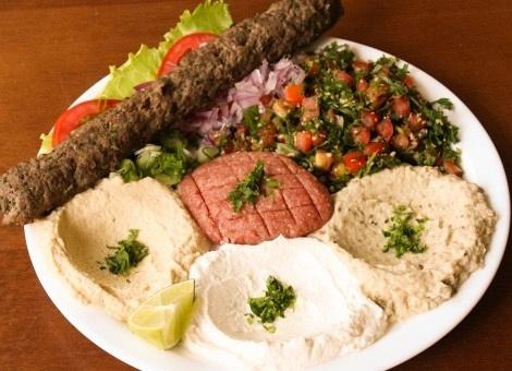 A Marmotex entrega marmita para escritórios; na foto, prato de comida árabe feito com kafta de carne, tabule, quibe cru, homus, babaganuche, coalhada seca e pão sírio; preço: R$ 27,90