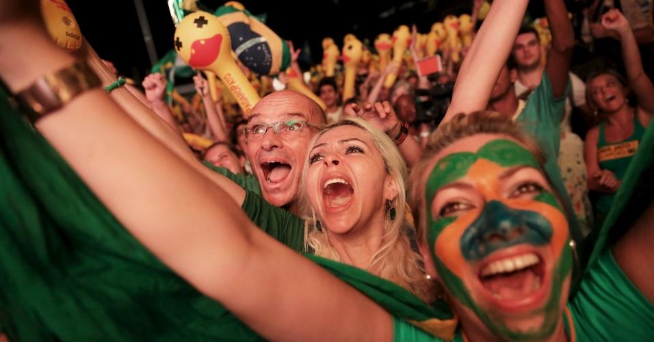 18.abr.2016 - Manifestantes contrários ao governo comemoram em São Paulo o resultado da votação em que a Câmara aprovou o prosseguimento do processo de impeachment da presidente Dilma Rousseff. A votação terminou por volta das 23h45 deste domingo (17), depois de mais de nove horas de sessão. Com 367 votos a favor, o processo segue para o Senado, a quem caberá decidir inicialmente se afasta ou não a presidente do cargo