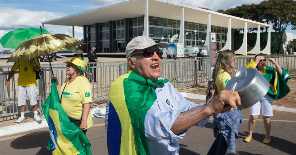 20.abr.2016 - Manifestantes protestam contra o Governo Federal e a nomeação do ex-presidente Luiz Inácio Lula da Silva para o Ministério da Casa Civil em frente ao prédio do Supremo Tribunal Federal, em Brasília (DF). A sessão que analisaria o caso foi suspensa sem data determinada para ser retomada